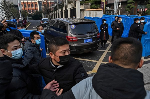 2月1日,世衛專家小組到湖北省疾病預防控制中心進行訪問,調查中共病毒的來源。(HECTOR RETAMAL/AFP via Getty Images)