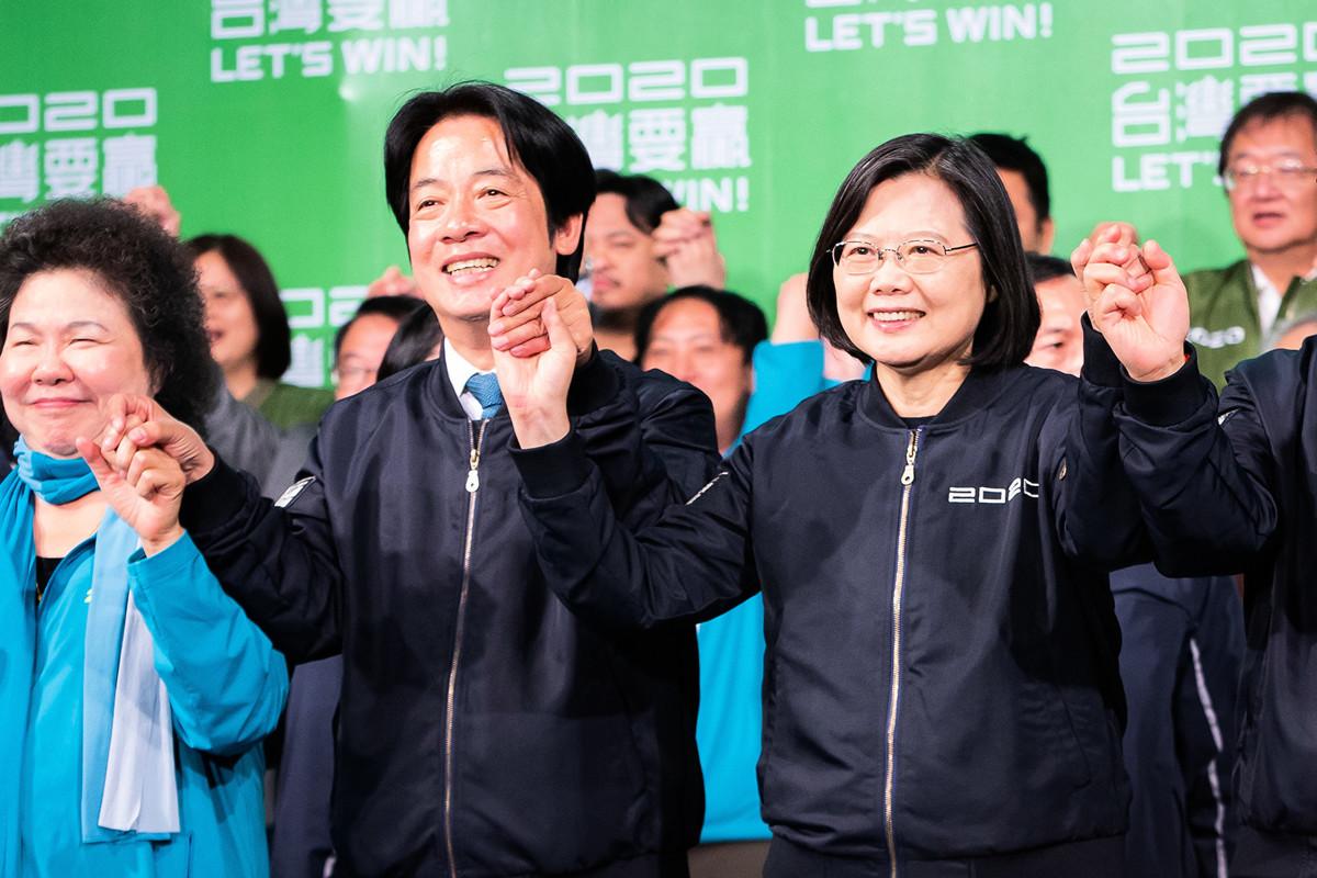 1月11日,在2020台灣總統選舉中,民進黨總統候選人蔡英文(前右)與副總統候選人賴清德(前左)當選第15任總統與副總統。(陳柏州/大紀元)