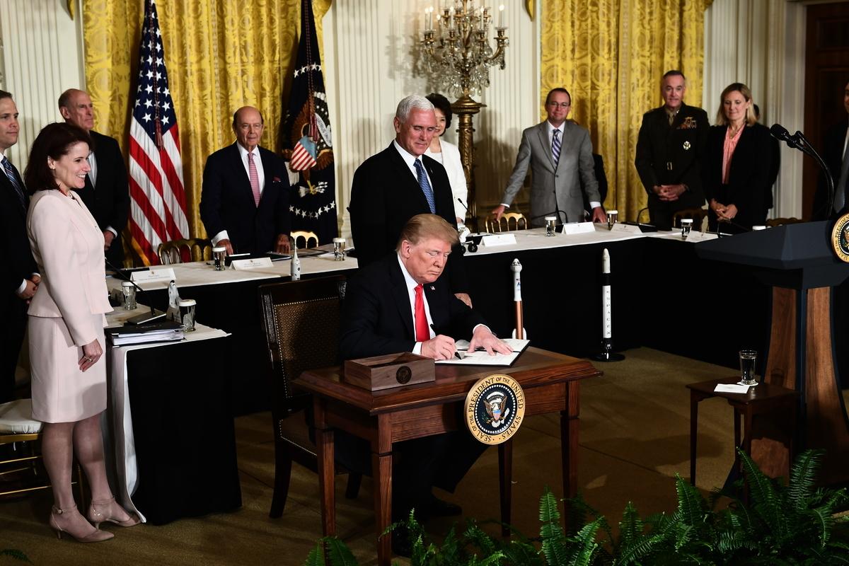 特朗普在華府時間6月18日透過白宮聲明表示,若中方不改善不公平貿易的行為,堅持採取報復措施,則美國將對2千億美元的中國商品課徵新關稅。(Brendan Smialowski/AFP)