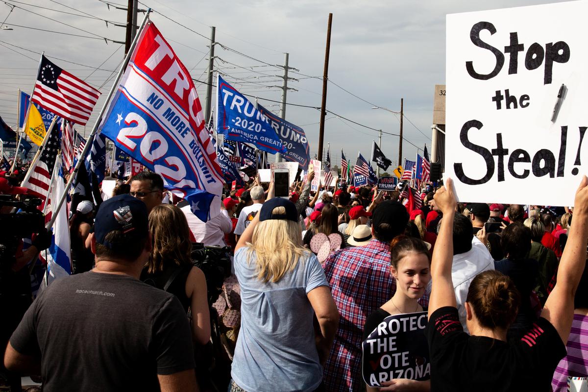 美國大選舞弊,左派媒體噤聲。圖為2020年11月6日,在美國亞利桑那州鳳凰城,特朗普總統的支持者聚集在馬里科帕(Maricopa)縣選舉部外,抗議大選舞弊。(Courtney Pedroza/Getty Images)