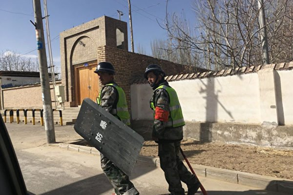 中共對新疆採取極端監控,新疆被指成為一個露天監獄。圖為2018年2月17日,新疆和田街上巡邏的警察。(BEN DOOLEY/AFP/Getty Images)