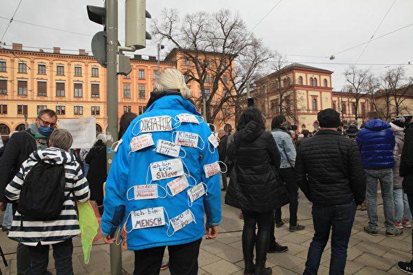 2021年3月13日,德國全部16州首府下午1時同步舉辦集會,抗議政府和各州政府對中共病毒採取的封鎖政策。圖為民眾在慕尼黑瑪克西米利安大街(Maximilianstrase)的巴伐利亞州政府前用寫滿標語的口罩抗議。(黃芩/大紀元)
