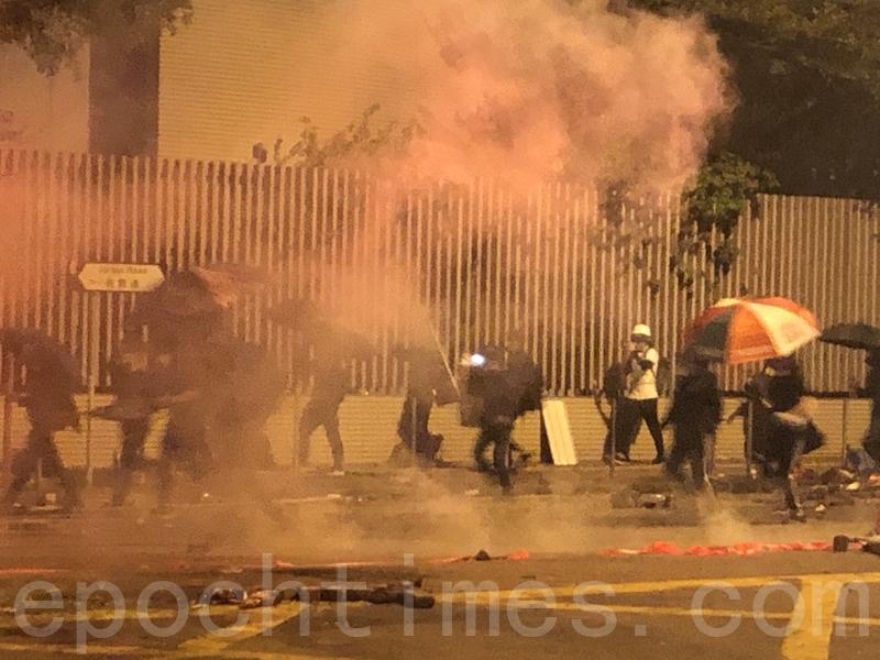 2019年11月18日凌晨,香港警察繼續在佐敦道彌敦道交界不斷發射催淚彈。(余天祐/大紀元)