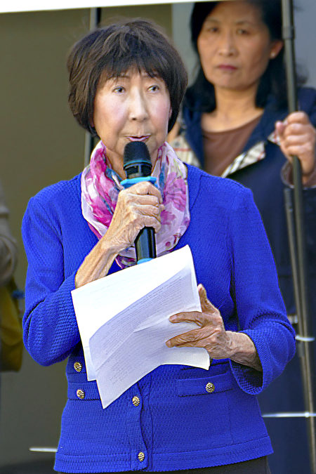 2021年4月15日,悉尼部份法輪功學員在悉尼中領館前譴責中共頻繁襲擊香港法輪功信息攤位。圖為澳洲法輪大法協會代表Emmy Pfister在集會發言。(安平雅/大紀元)