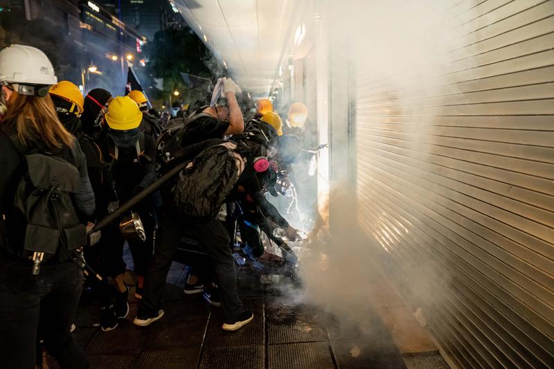 香港網民發起今日(8月16日)到港鐵葵芳站進行月台清潔行動。圖為2019年8月11日,尖沙咀,警方發射催淚彈,現場煙霧瀰漫。(Billy H.C. Kwok/Getty Images)
