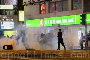 組圖:港人10.31太子站靜坐 遭警施放催淚彈