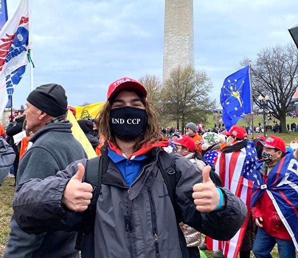 1月6日,華盛頓DC集會現場民眾Myles支持「END CCP」。(李桂秀/大紀元)