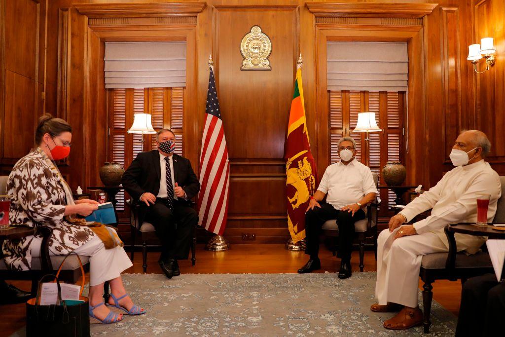 蓬佩奧2020年10月28日會見了斯里蘭卡總統拉賈帕克薩(Gotabaya Rajapaksa,右二) 和外長(右一)。(Eranga Jayawardena/POOL/AFP)