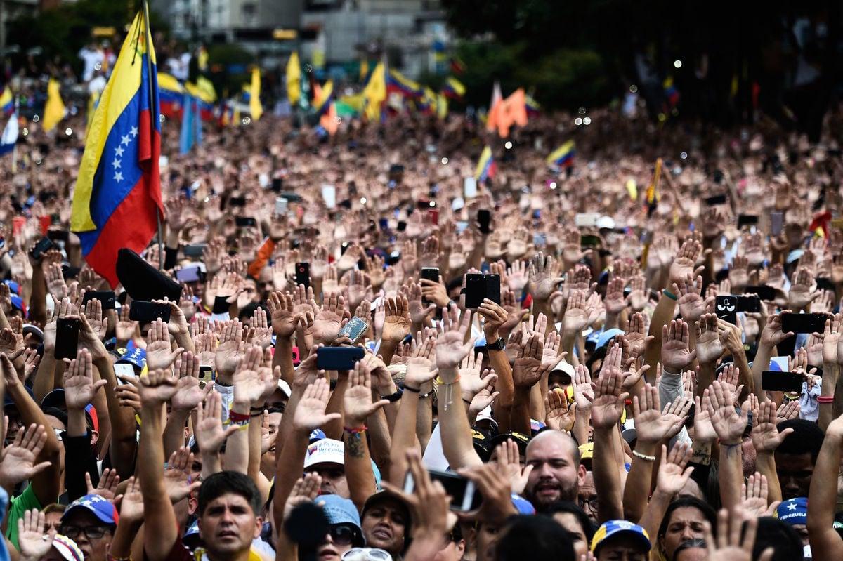 數十萬委內瑞拉民眾上街,高舉右手,抗議馬杜羅政權。(FEDERICO PARRA/AFP/Getty Images)