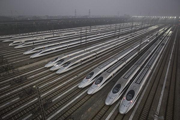 中國國家鐵路集團有限公司總負債超5.57萬億。圖為中國高鐵列車。(Wang He/Getty Images)