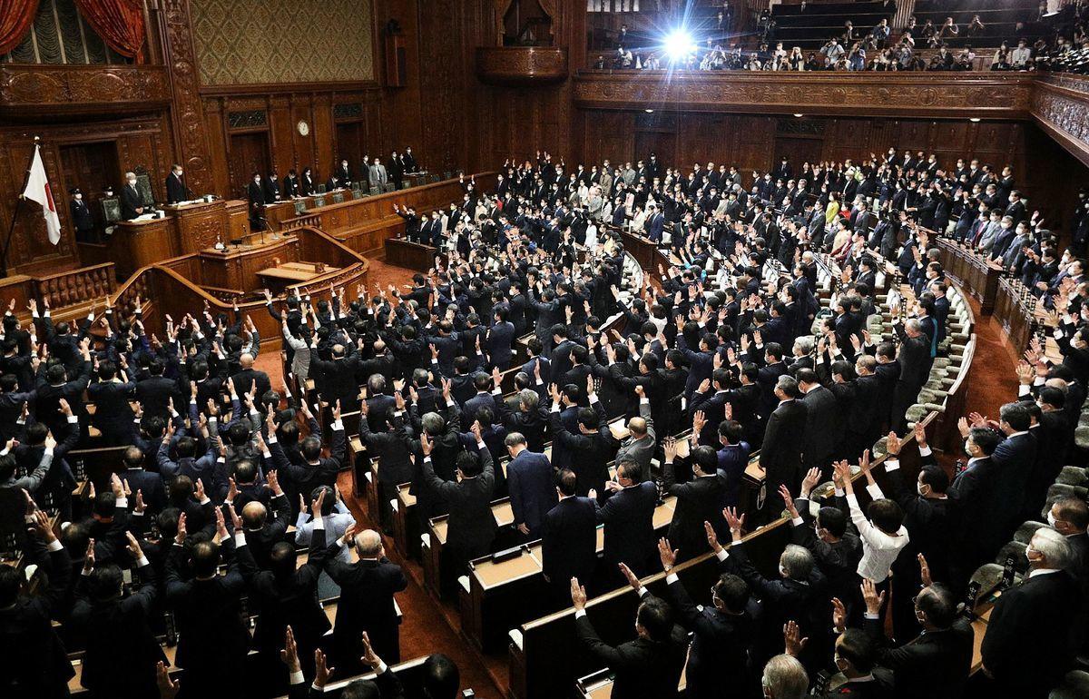 2021年10月14日,日本眾議院在全體議員集會時,宣布解散,讓日本正式邁向10月31日的大選。 (STR/JIJI PRESS/AFP via Getty Images)