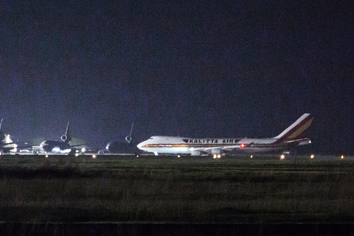 美國一架從鑽石公主號郵輪上撤僑的包機抵達加州。(Brittany Hosea-Small / AFP)