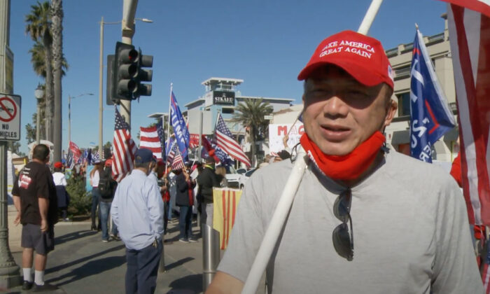 越南裔人士潘順(Thuan Phan)表示,逐漸剝奪自由的方式正是共產主義國家的手段。圖為潘順參加2020年11月28日加州亨廷頓海灘(Huntington Beach)「停止竊選」集會。(NTD Television)