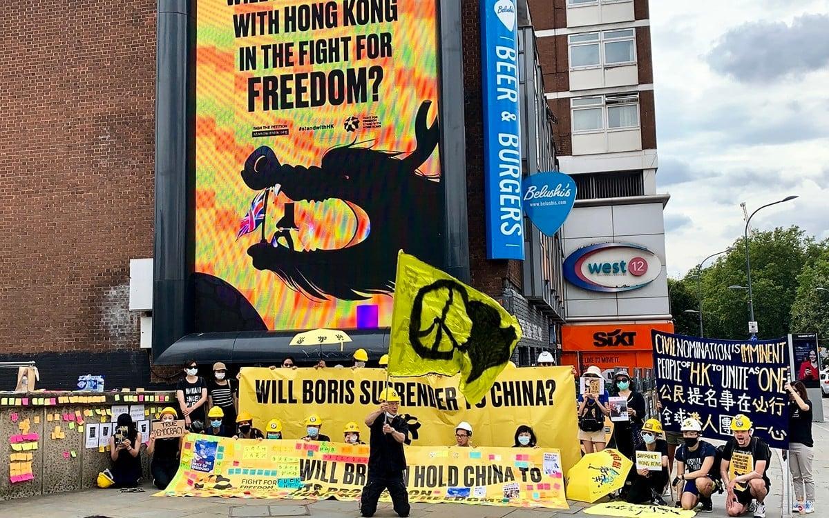 「Stand with Hong Kong」組織於8月3日再度發動新一輪廣告攻勢,於英國五大城市推出大型廣告牌促請英政府正視中共違反《中英聯合聲明》。(唐詩韻/大紀元)