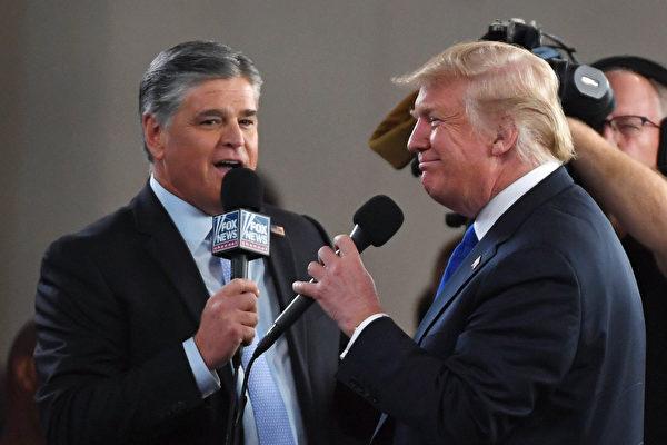 2018年9月20日,霍士新聞頻道和廣播脫口秀節目主持人肖恩‧漢尼提(Sean Hannity,左),在拉斯維加斯會議中心採訪時任美國總統特朗普。(Ethan Miller/Getty Images)