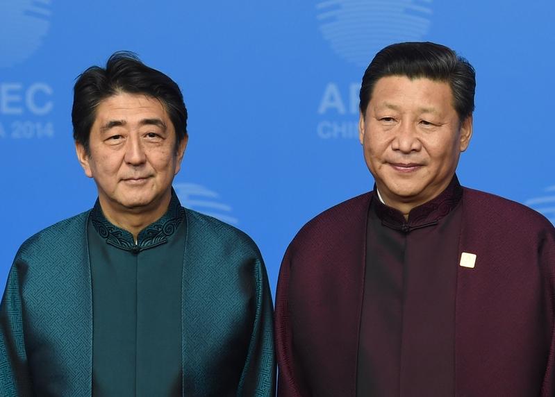 日本首相安倍(左)邀請中共領導人習近平(右)明年進行國事訪問。(GREG BAKER/AFP/Getty Images)
