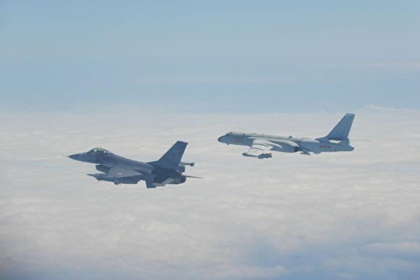 2020年2月9日,中共軍機越過台海中線,中華民國國軍F-16戰機(左)緊急起飛監控。(中華民國國防部提供)