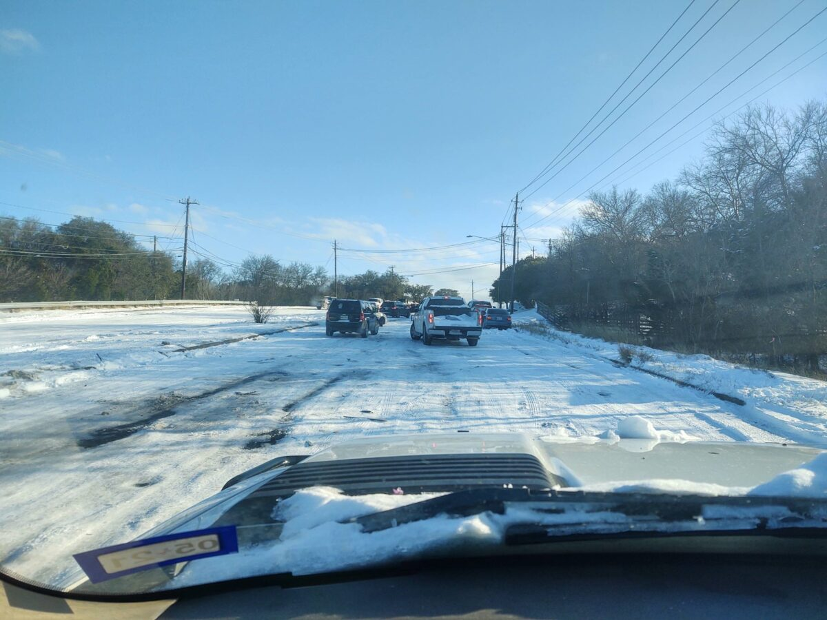 美國德州近期遭遇罕見冬季暴風雪襲擊,不少人因路面結冰被困途中,當地熱心男子瑞安‧西弗利主動駕車把受困汽車拖至安全路段。(西弗利提供)
