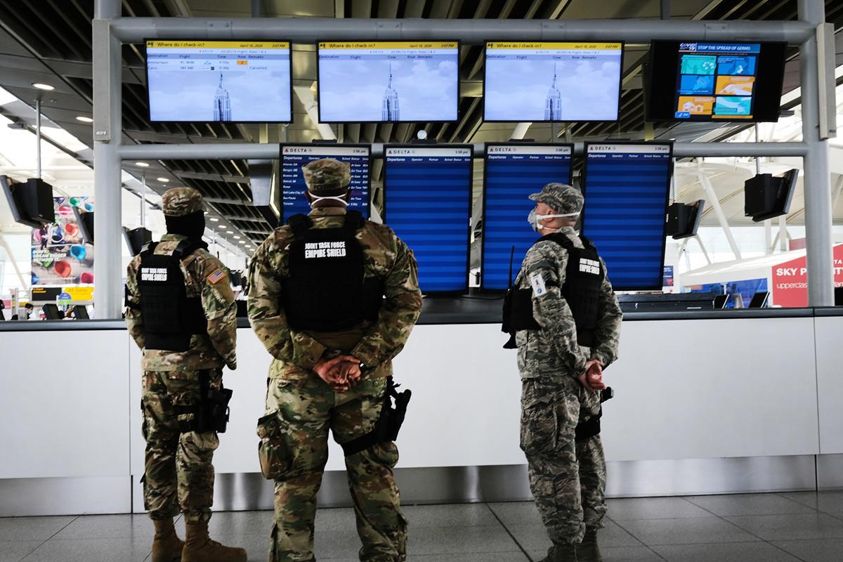 紐約市甘迺迪機場因中共病毒疫情緣故持續削減航班,圖為在多數時間為空無一人的機場內美軍人員在執勤。(Spencer Platt/Getty Images)
