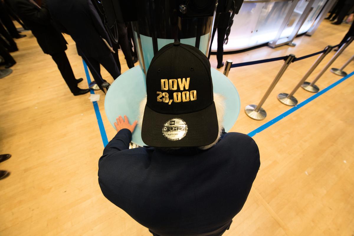 紐約證交所的交易員頭戴「道指23,000」的帽子。(Getty Images)