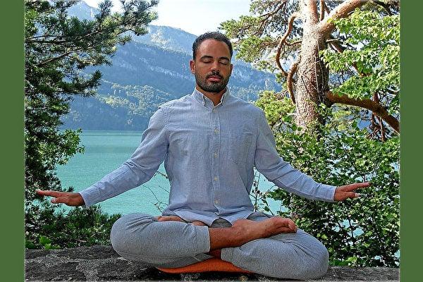 瑞士水暖系統技師羅伯特在湖畔打坐,修煉法輪大法為他開啟了人生的新篇章。(本人提供)