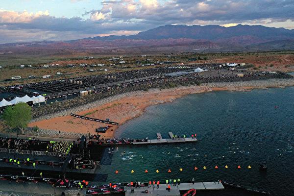 2021年9月18日,美國猶他州聖喬治(St. George),「鐵人70.3世界錦標賽」(IRONMAN 70.3 World Championship)期間,選手們在沙洞湖(Sand Hollow Reservoir)進行遊泳項目比賽。(Ezra Shaw/Getty Images for IRONMAN)