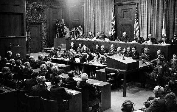 圖為納粹空軍元帥戈林(中)在審判中。他被判處絞刑,但行刑前他自殺身亡。(Getty Images)