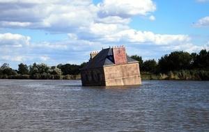 法國最長河流裏 有一棟特別的房屋