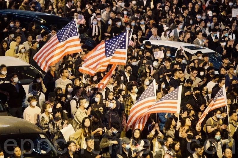 2019年11月28日,香港民眾在中環愛丁堡廣場舉行「人權法案感恩節集會」。圖為集會人士揮舞國旗表達訴求及感恩。(余鋼/大紀元)