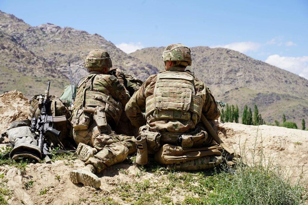 2019年6月6日拍攝的這張照片中,美國士兵在瓦達克省Nerkh區的阿富汗國民軍(ANA)檢查站,俯瞰山坡。(THOMAS WATKINS/AFP/Getty Images)