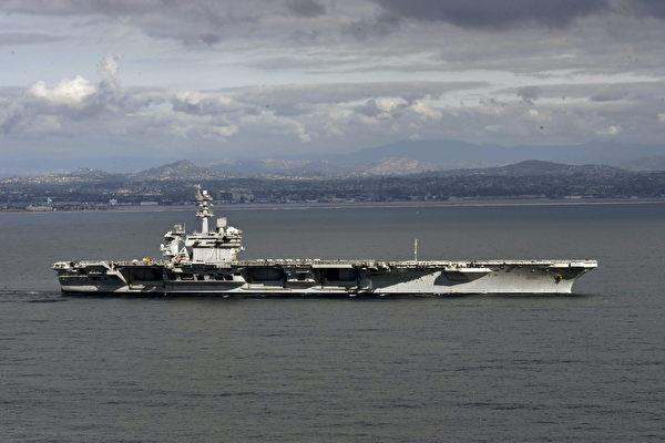 印度邀請俄羅斯加入美國主導的印太倡議,使得中俄關係微妙。圖為美國羅斯福號航母前往印太地區巡航。(U.S. Navy via Getty Images)