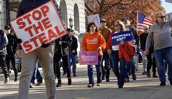 2020年11月14日,民眾在賓州議會大廈前抗議大選舞弊、支持特朗普連任。(陳雷/大紀元)