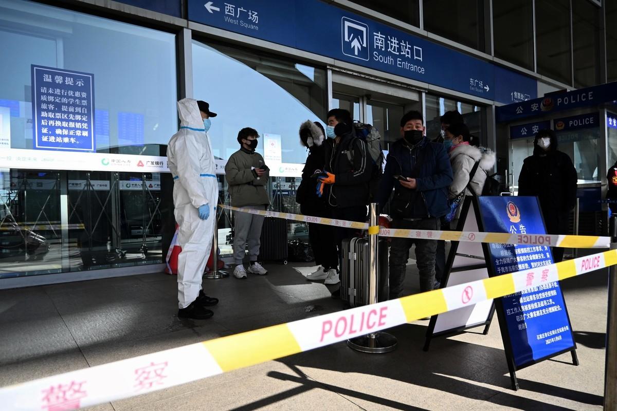 2021年1月7日,乘客被擋在石家莊火車站,不讓進入。(STR/CNS/AFP via Getty Images)