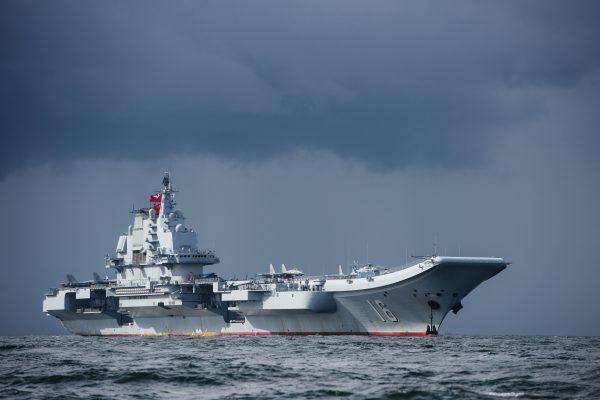 中共航母遼寧號被評為世界七個最差現役航母的第一名。(ANTHONY WALLACE / AFP)