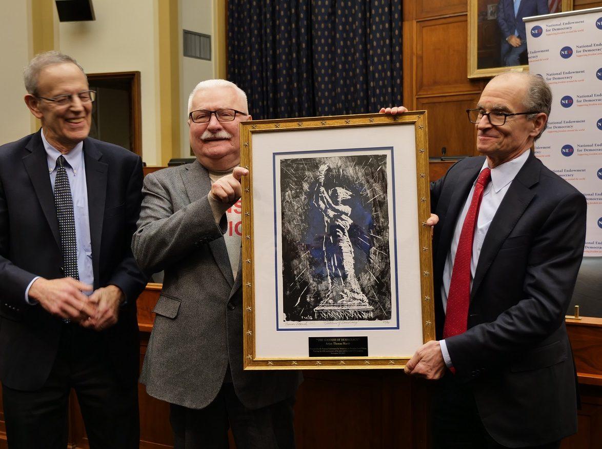 11月13日,波蘭前總統萊赫・瓦文薩(Lech Walesa)(中)在美國民主基金會獲頒自由獎。(大紀元圖片)