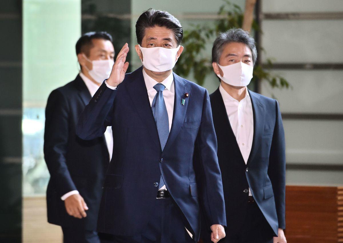 今早戴著口罩的日本首相安倍晉三,抵達首相辦公室。安倍預計將在8月28日傍晚舉行新聞發佈會,說明他的健康狀況與辭去首相一職的決定。(KAZUHIRO NOGI/AFP via Getty Images)