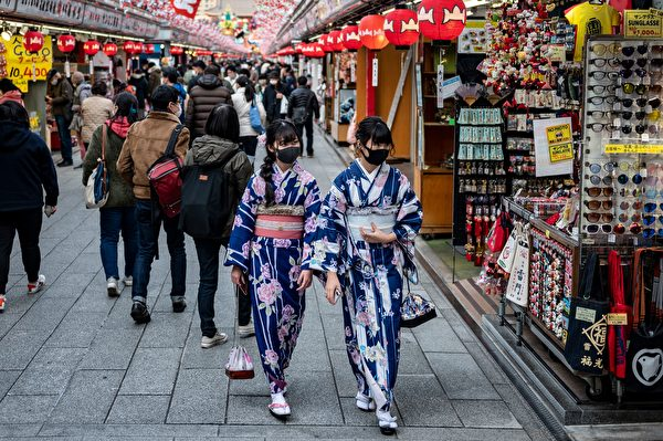 2020年12月29日,日本東京淺草寺附近,購物街許多遊客戴著口罩。(PHILIP FONG/AFP via Getty Images)