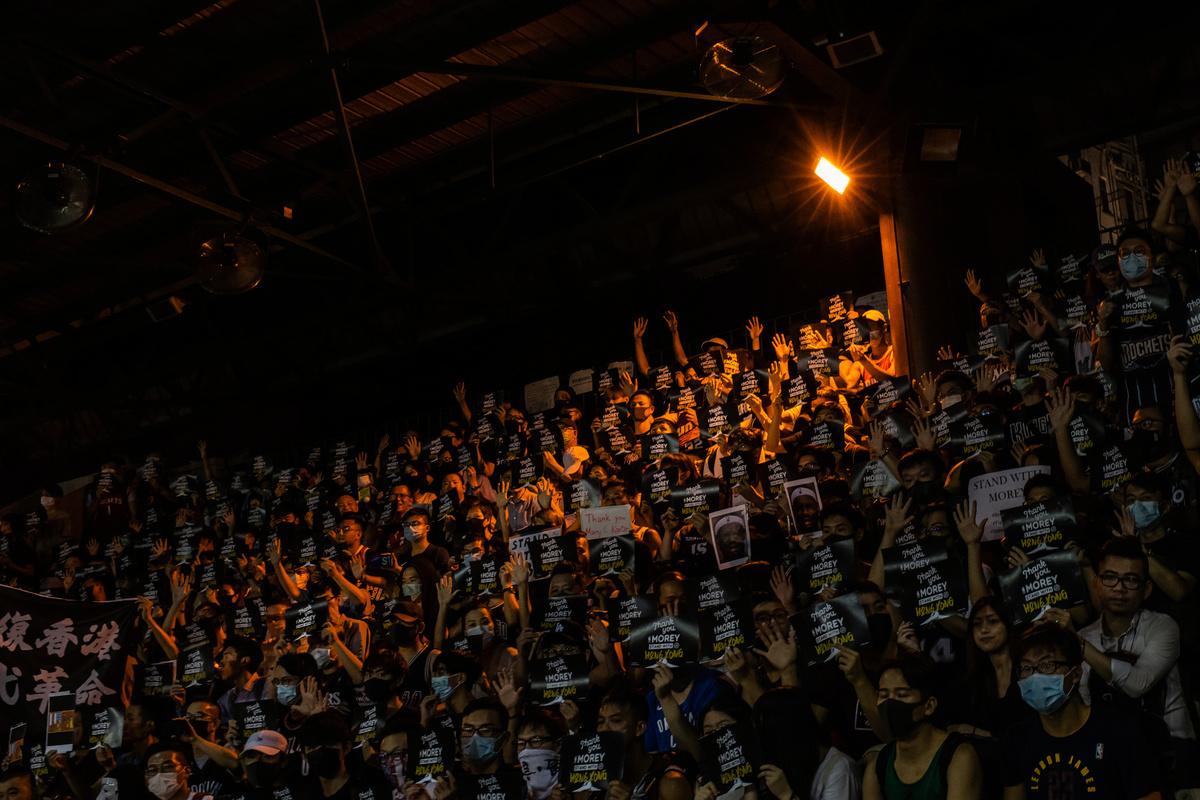10月15日,香港球迷在香港一南部操場上集會,力挺火箭隊總經理莫利(Daryl Morey)的言論自由。(Billy H.C. Kwok/Getty Images)