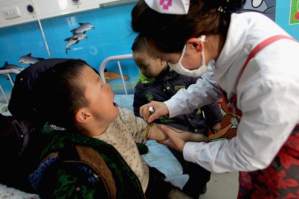 大陸幼兒園頻繁發生幼童中毒事件。圖為2011年西安市未央區一家幼兒園有136名兒童亞硝酸鹽中毒。(VCG/VCG via Getty Images)