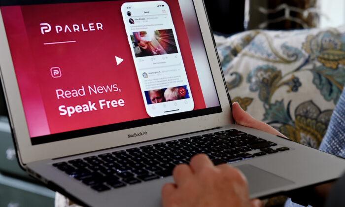 2020年7月2日,維珍尼亞州阿靈頓的電腦屏幕上顯示的是來自Parler的社交媒體網站。(Olivier Douliery/AFP via Getty Images)