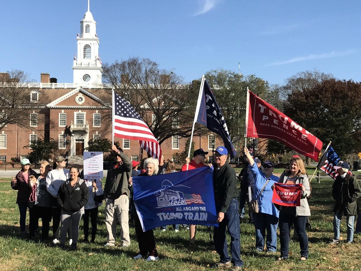 2020年11月14日,拜登家鄉州——特拉華的選民在州府多佛市(Dover)舉辦了響應全國性「停止竊選」(Stop The Seal)的抗議集會,呼籲進行公正透明的選舉。(楊茜/大紀元)