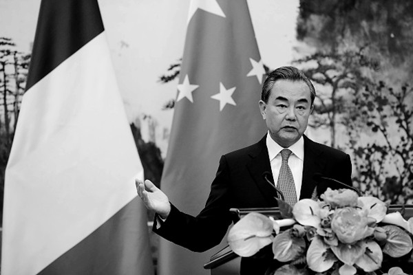 中共外交部通過性賄賂和金錢拉攏海外政要。圖為中共外長王毅。(Lintao Zhang/Getty Images)