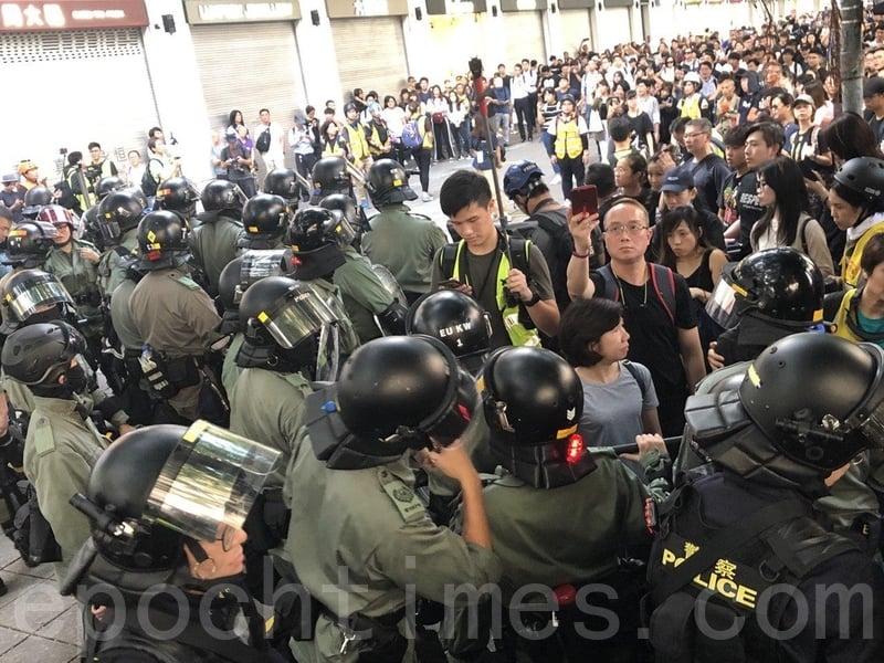 2019年11月2日,香港民間在維園舉行「112求援國際 堅守自治」大集會。警方正在驅散民眾。(余天佑/大紀元)