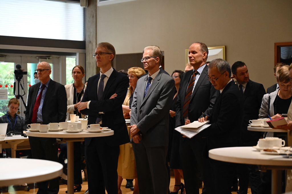 8月11日,各國外交官和記者聚集在加拿大駐北京大使館。(JADE GAO/AFP)