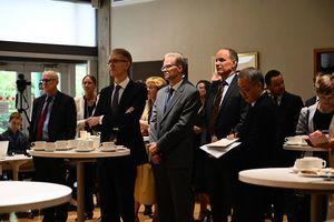 25國外交官現身加駐華使館 聲援斯帕弗
