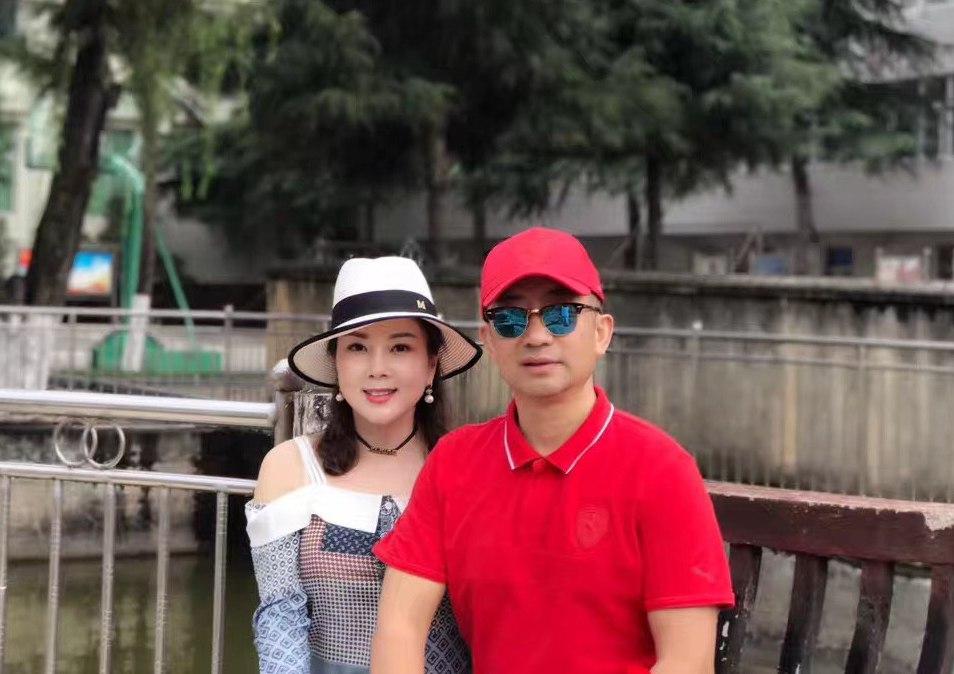 李懷慶和妻子包豔。(受訪人提供)