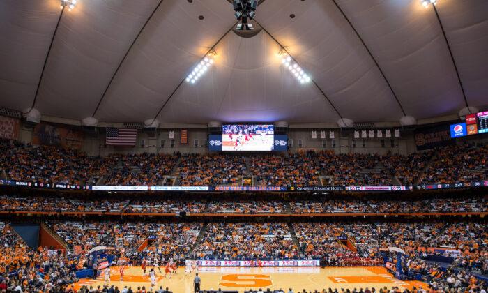 2013年11月8日,在紐約州雪城的凱利圓頂體育場(Carrier Dome),雪城大學橙人隊與康奈爾大學大紅隊進行籃球比賽。(Brett Carlsen/Getty Images)