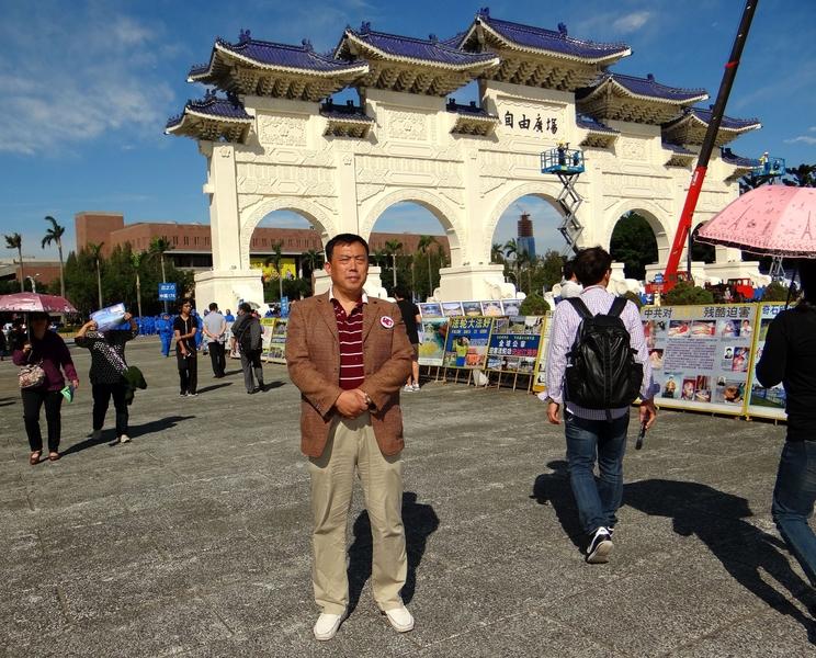圖為2016年11月,史庭福在台灣自由廣場。(戴德蔓/大紀元)