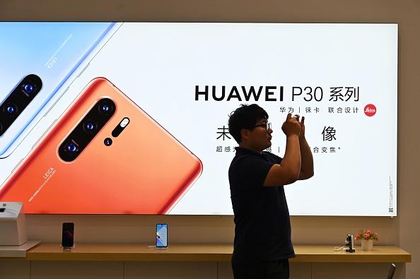 台灣最大的電信商中華電信表示,該公司已經不再進貨華為手機,等上架現有手機售完後便不再供應。(Hector Retamal/AFP/Getty Images)
