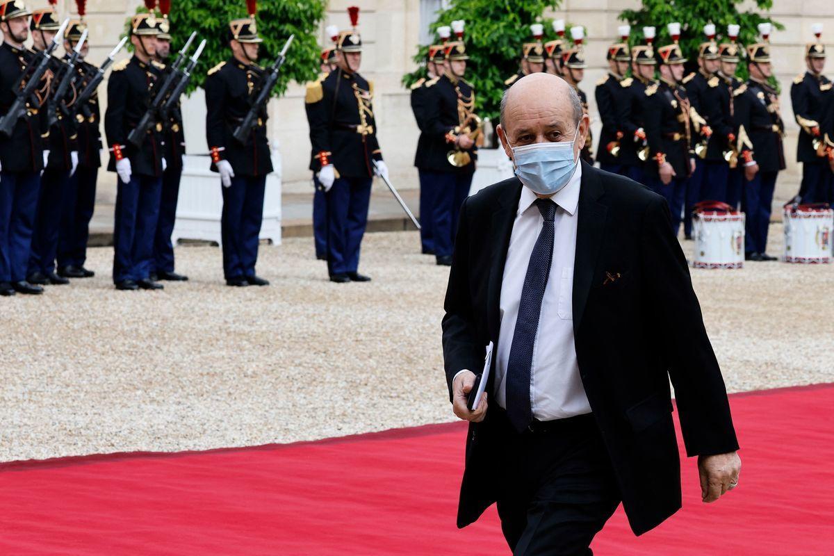 9月17日,法國外交部長宣布立即召回法國駐美大使和駐澳大使。圖為2021年7月5日,法國巴黎,法國外交部長讓-伊夫.勒德里昂(Jean-Yves Le Drian)抵達愛麗捨宮(Elysee Palace),準備迎接意大利總統來訪。(LUDOVIC MARIN/AFP via Getty Images)